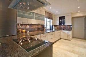 Lesklá kuchyň tvaru U