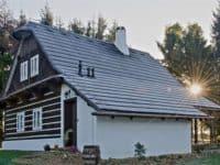 Lenka a Zdeněk si postavili roubenku. Na střechu dali plastový šindel Bydlení iDNES.cz 23.7.2016