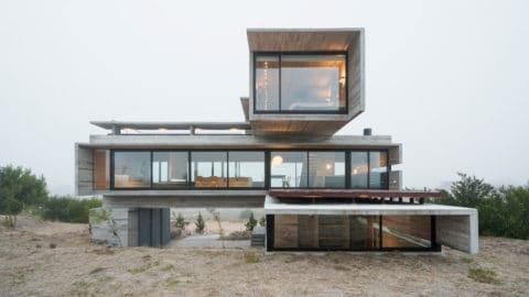 Dům ze surového betonu svýhledem na golfové hřiště
