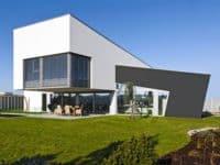 Designový energeticky pasivní dům stojí v bažinatém terénu na pilotách iDNES.cz Bydlení 13.8.2016