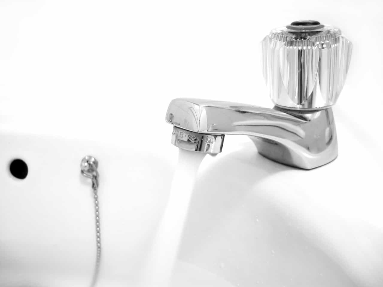 Vodovodní kohoutek - proud vody (freeimages.com)