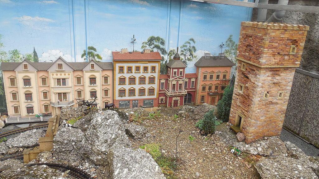 Zeď na jednom okraji kolejiště - řešení? Město..