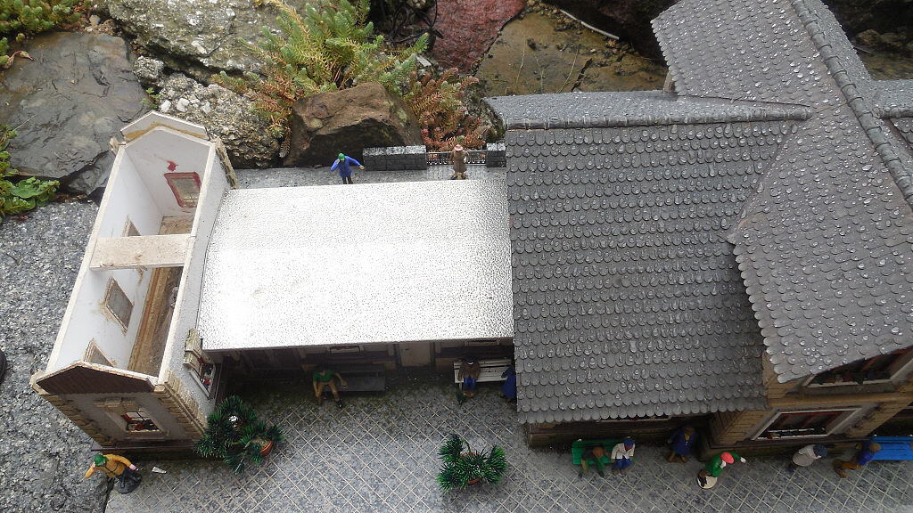 Co je pod střechou?