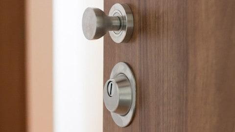 Má cenu pořídit si bezpečnostní dveře do dřevostavby?