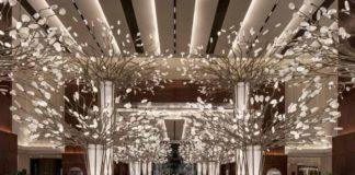 Hotel Mandarin oriental Jumeira v Dubaji - vstupní lobby s instalací Canopy of light od Preciosa