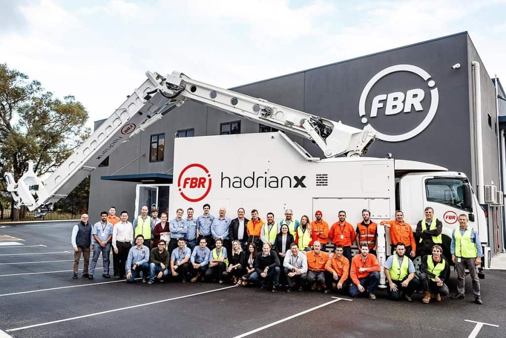 FBR Hadrian X - výrobní hala a tým lidí