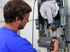 Servisní prohlídka plynového kotle technikem (Thermona)