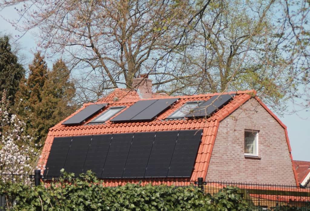 Solární panely pro ohřev vody na rodinném domě