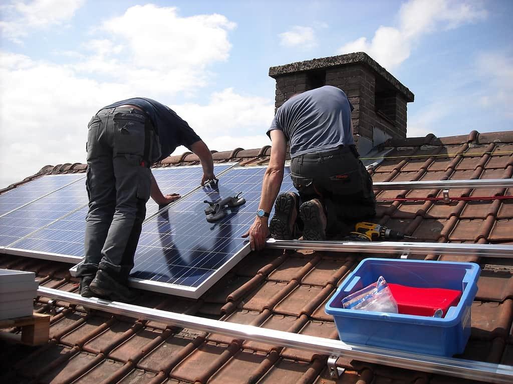 Montáž solárních panelů na rodinný dům
