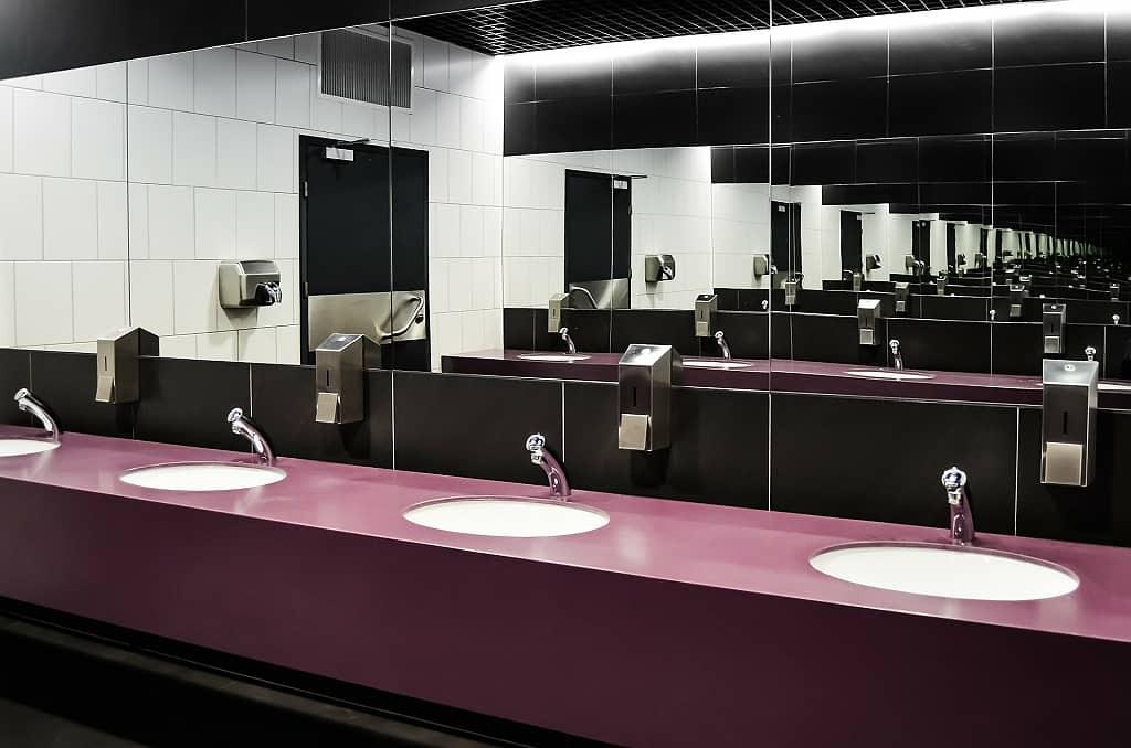 Toalety umyvadla zrcadla
