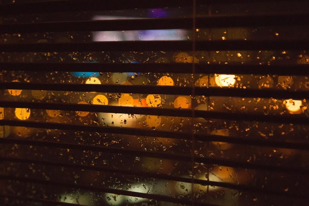 Žaluzie na okně, v noci