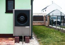 Tepelné čerpadlo IVT u rodinného domu se zelenou fasádou