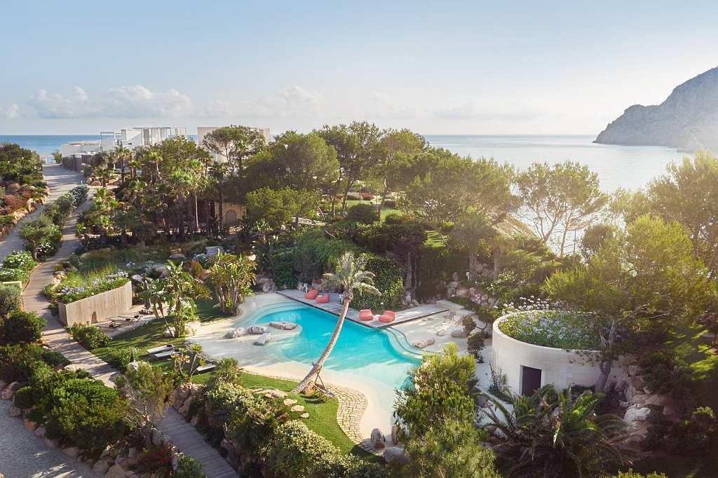 Isla sa Ferradura Ibiza - bazén a zahrada (VillaGuru.com)