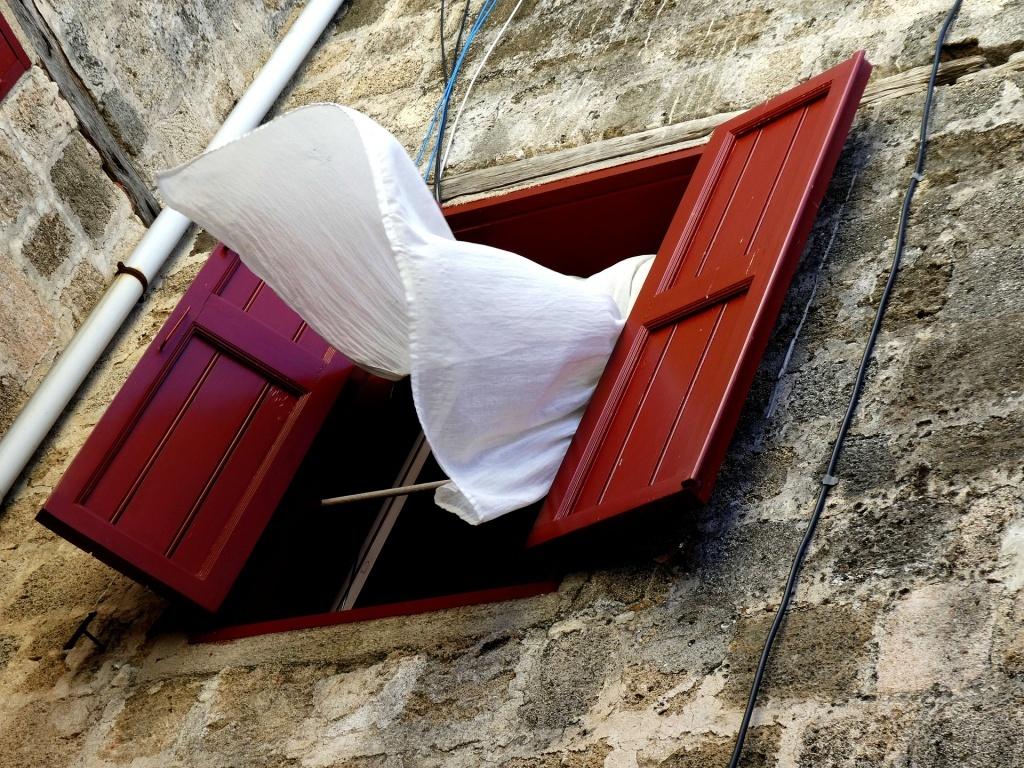 Oknem profukuje vítr - průvan