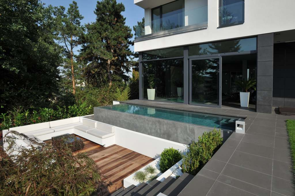 Vila Barrandov (Zumtobel) - venkovní bazén a posezení ve dne