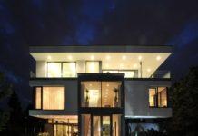 Vila Barrandov (Zumtobel) - pohled zvenčí v noci