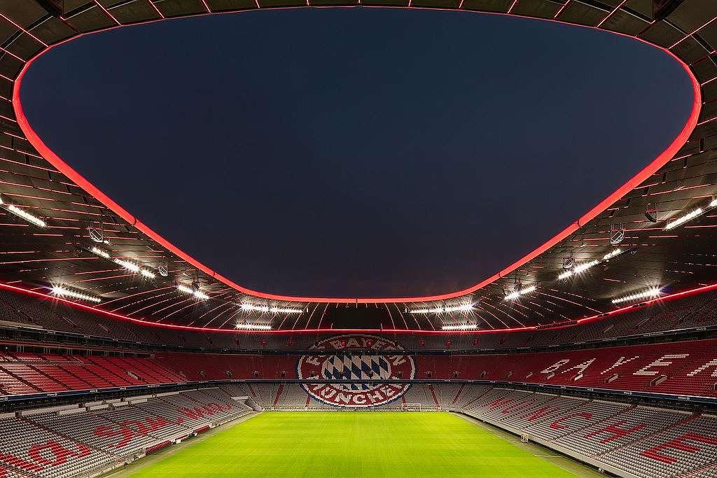 Allianz aréna v Mnichově - pohled v noci z plochy