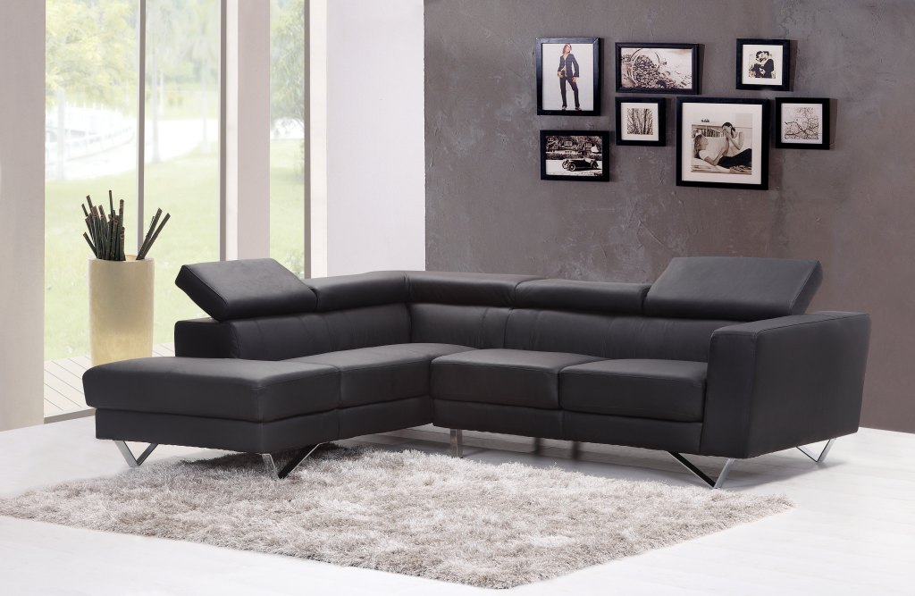 Interiér - ilustrační foto s šedými stěnami