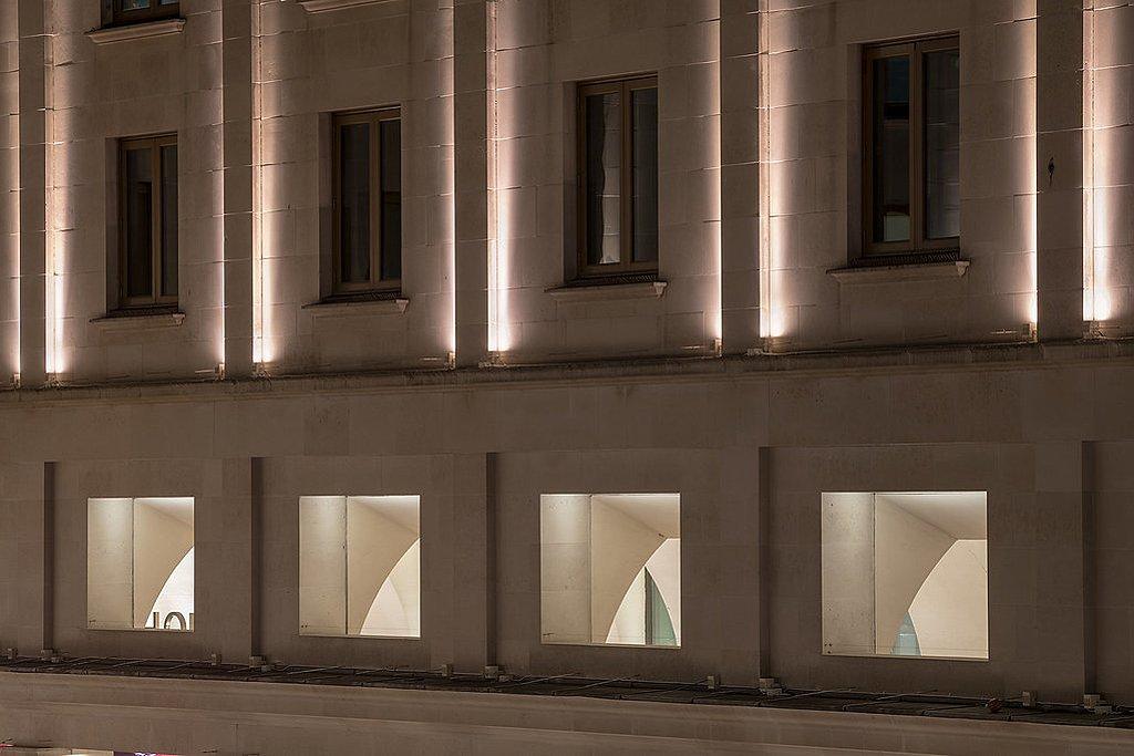 Royal Opera House v Londýně - detail osvětlení fasády