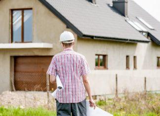Stavebník s plány před rodinným domem - Ilustrační foto WIRTUU