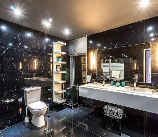 Tmavá koupelna s dvojitým umyvadlem a WC