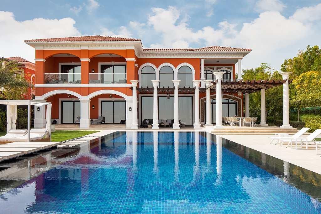 Vily XXII Carat v Dubaji - výhled na jednu z vil přes bazén