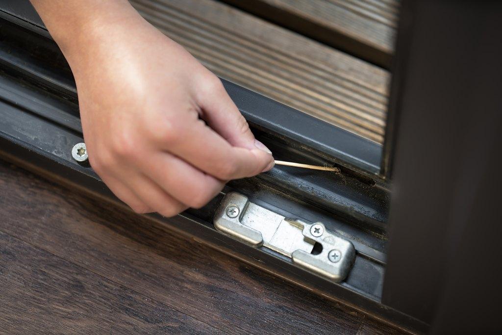 Čištění a údržba oken a dveří - vyčištění odtokových kanálků zevnitř