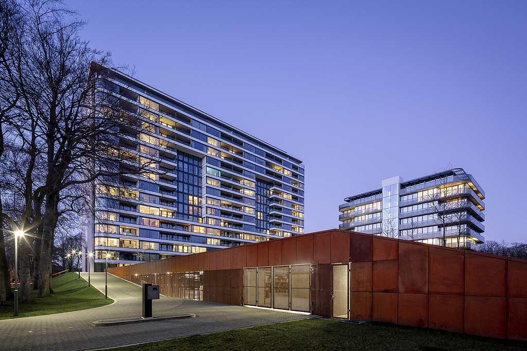 Park Hoog Oostduin - Haag (10) Pohled na obě budovy a garáže