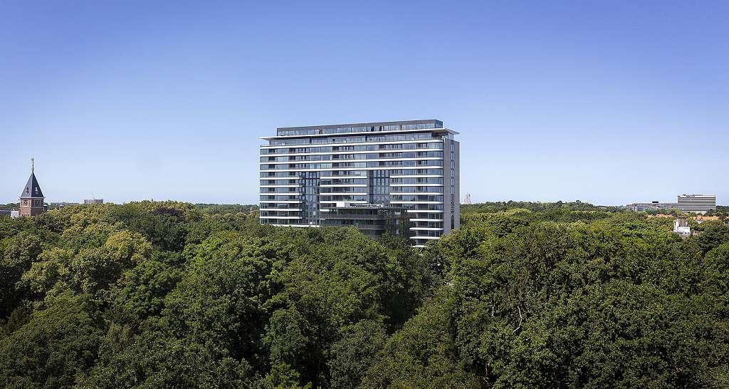 Park Hoog Oostduin - Haag (8) Pohled na halvní budovu zasazenou v parku