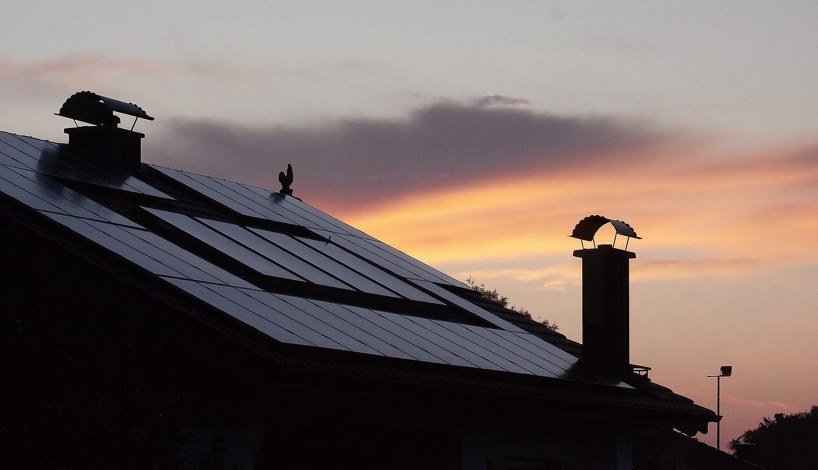 Solární panely na večerní střeše (Pixabay)