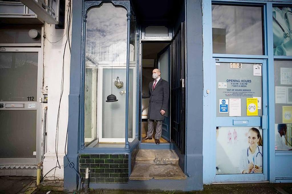 Nejužší dům v Londýně - vstup, a realitní agent David Myers z Winkworth