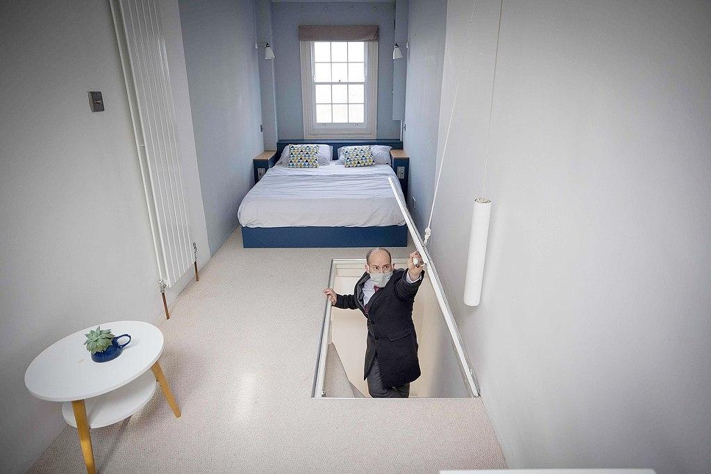 Nejužší dům v Londýně - David Myers ukazuje hlavní ložnici v nejvyšším podlaží