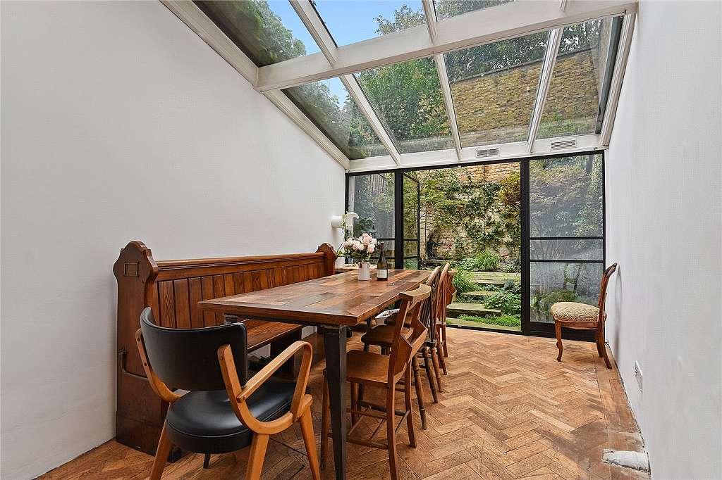 Nejužší dům v Londýně - jídelna