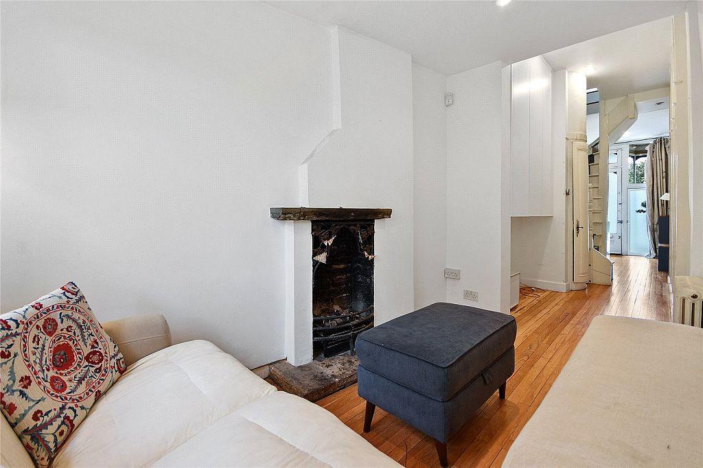 Nejužší dům v Londýně - foto 12 pohled z obýváčku ke schodišti a vstupu