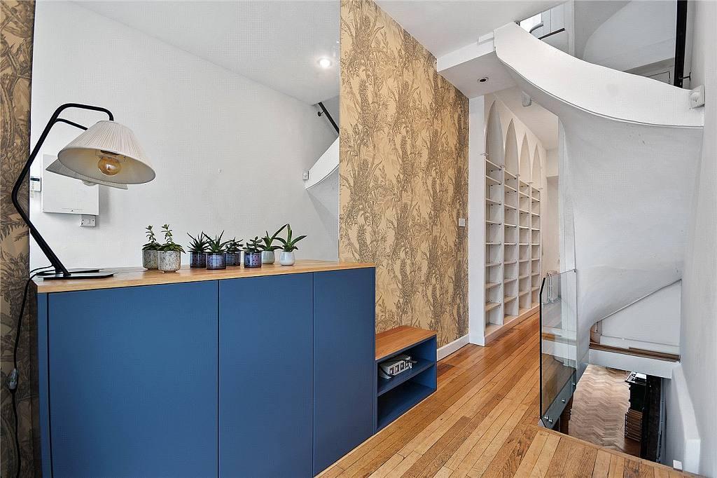 Nejužší dům v Londýně - foto 13 od vstupu směrem ke schodišti a obýváčku