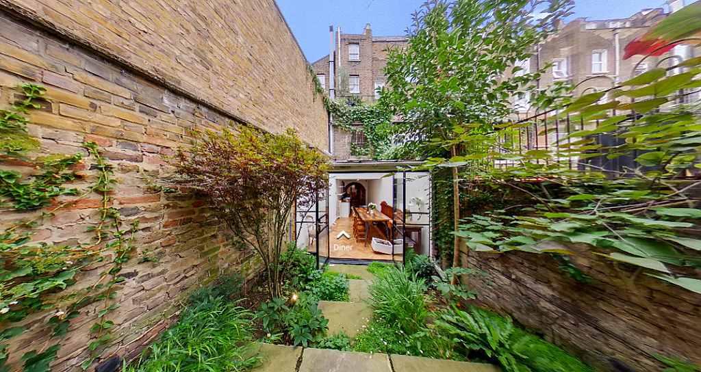 Nejužší dům v Londýně - foto pohledu ze zahrady k jídelně