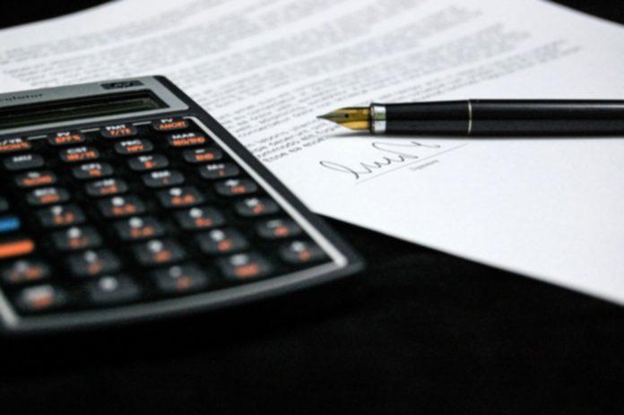 kaqlulování nabídky a smlouvy - přečtěte si a promyslete smluvní podmínky - ilustrační foto