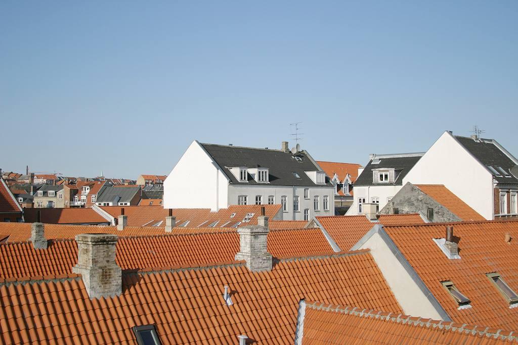 Bytové domy-střechy ilustrační (freeimages.com)