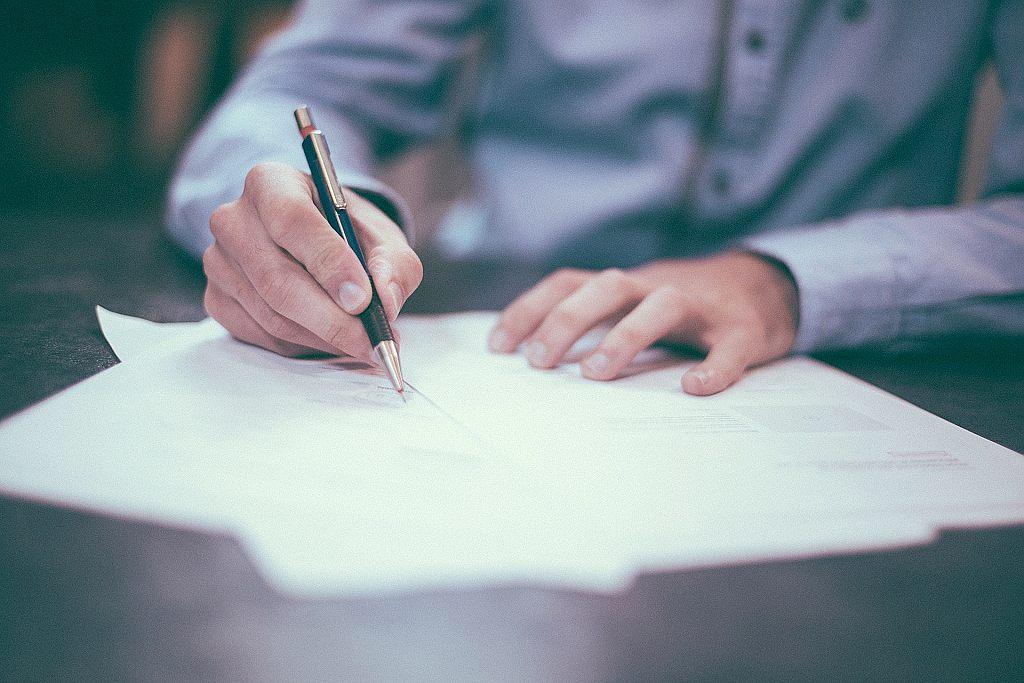 Podepisování smlouvy si nejdříve promyslete - ilustrační foto