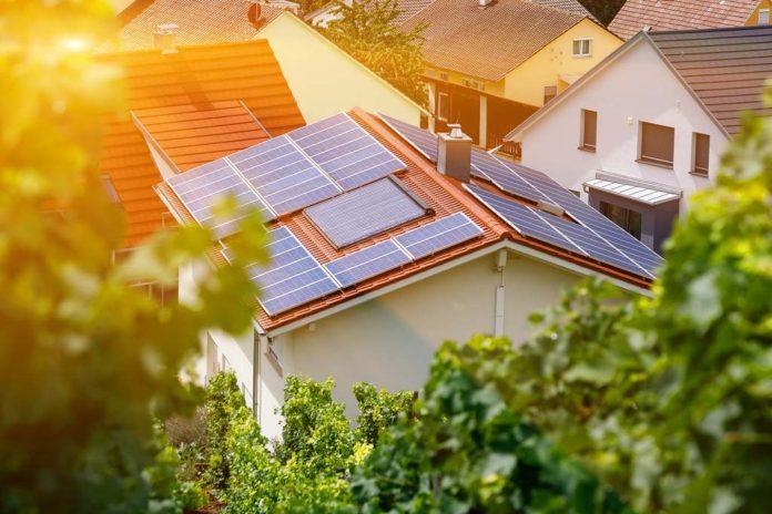 Fotovoltaická solární elektrárna na rodinném domě - ilustrační foto